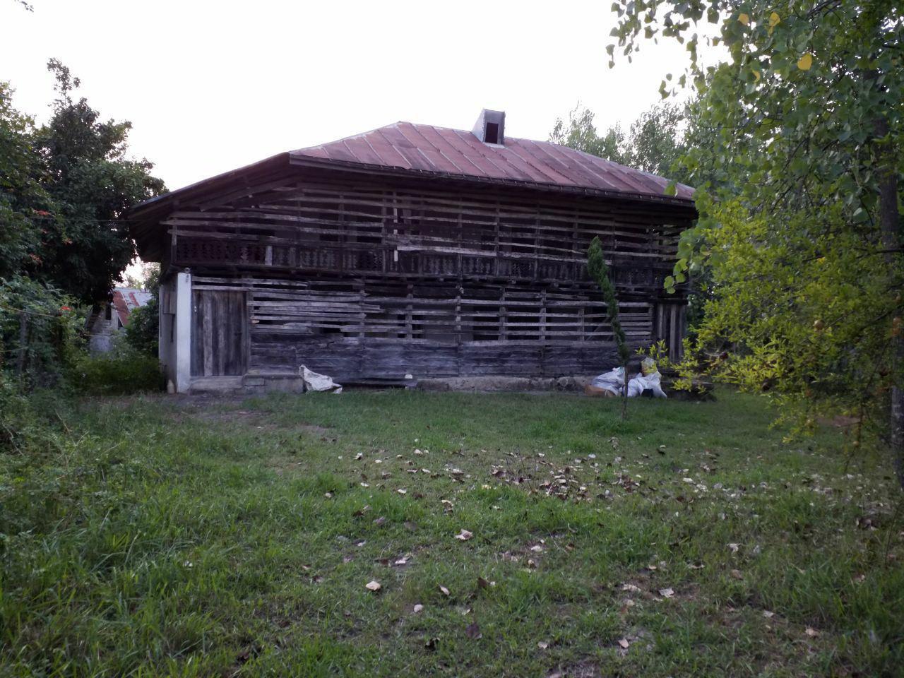 فروش زمین با خانه روستایی چوبی لاهیجان